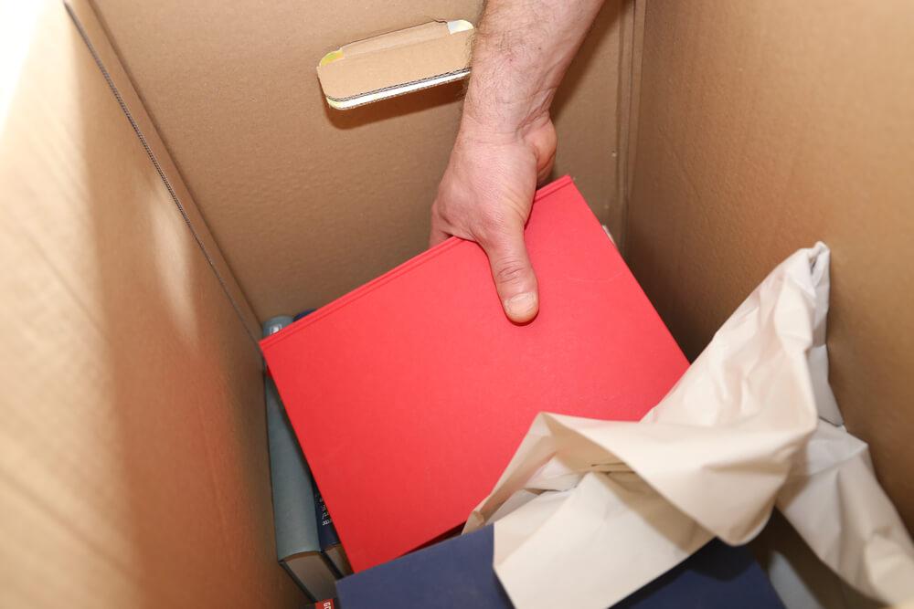 Inpakken van boeken in de doos